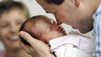 Symbolbild Elterngeld: Vater hält Säugling im Arm (Foto: AP)