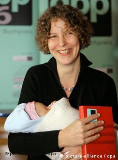 Con su bebé en brazos, la ganadora del Premio Alemán del Libro, Katharina Hacker