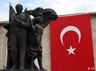 Eine Atatürk-Statue in realsozialistischem Stil vor einer riesigen Türkei-Fahne