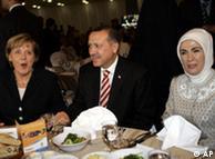 Η Μέρκελ στην Τουρκία το 2006 με τον πρωθυπουργό Ερντογάν και τη σύζυγό του