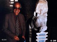 عالم الاثار سيد توفيق يعرض تمثال ابيس المكتشف اثناء تنقيباته في منطقة سقارة
