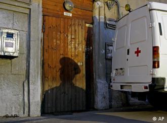 Скорая помощь возле подъезда дома, где жила Анна Политковская
