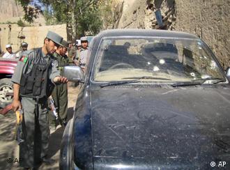 Polizisten untersuchen das Auto der ermordeten Journalisten