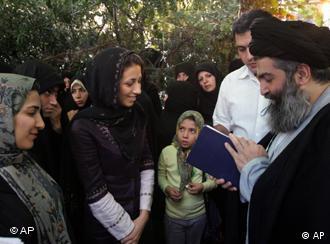 حسین کاظمینی بروجردی در جمعی از هوادارانش