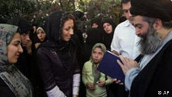 سید حسین کاظمینی بروجردی پیش از دستگیری در سال ۱۳۸۵ در جمع گروهی از شاگردانش