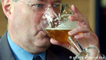 Peer Steinbrück trinkt Bier