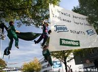 Protesta por el uso de recursos naturales para elaborar productos alemanes.
