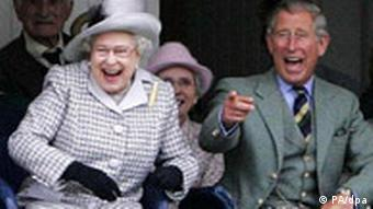 Kraljica Elizabeta i njen sin, princ Charles