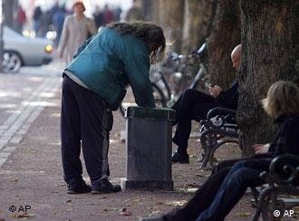 Una alemana busca envases vacíos para canjearlos por dinero.