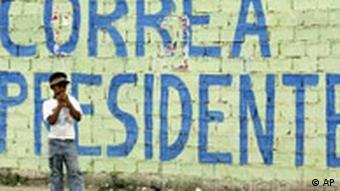 Wahlen in Ecuador Mauer für Rafael Correa Plakat