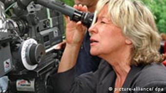 Margarethe von Trotta bei Dreharbeiten zu dem Fernsehfilm Mit fünfzig küssen Männer anders (1998)