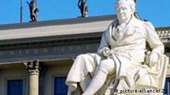 Humboldt Universität mit Denkmal Alexander von Humboldt