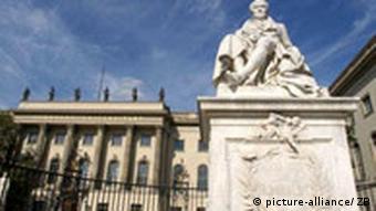Humboldt Universität mit Alexander von Humboldt Denkmal