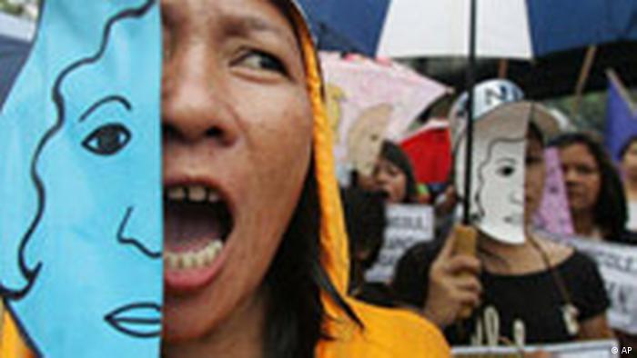 BdT Philippinen Protestaktion Frauen in Manila Anti-US Vergewaltigungsopfer (AP)