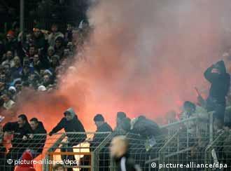 Vándalos toman por asalto el estadio de Rostock, en 2006.