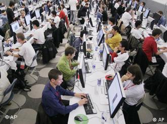 Сотрудники за компьютерами в бюро