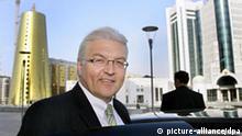 Bundesaußenminister Frank-Walter Steinmeier steht am Dienstag (31.10.2006) in der kasachischen Hauptstadt Astana vor neuerbauten Regierungsgebäuden. Der Besuch in Kasachstan bildet den Auftakt einer sechstägigen Reise Steinmeiers in fünf Länder Zentralasiens. Foto: Peer Grimm dpa +++(c) dpa - Report+++