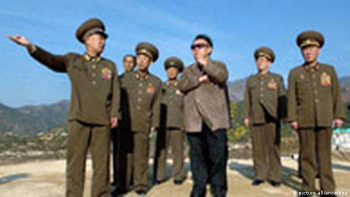 Kim Jong Il mit Offizieren (picture-alliance/dpa)