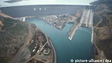 Luftaufnahme vom März 1995 zeigt den Atatürk-Staudamm am Euphrat in der Provinz Sanliurfa (Archivbild). Die Zeichen stehen gut, dass sich die Türkei, Syrien und Irak innerhalb der nächsten Monate auf ein Abkommen für eine gerechter Verteilung der Wasservorräte einigen werden. dpa ( zu dpa-Korr.-Bericht: Das Wasserproblem lässt in Nahost selbst die Feinde zusammenrücken am 17.07.2001)