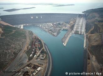 Turquia pode drenar Síria e Iraque com represa Atatürk sobre o Rio Eufrates