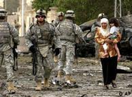 سربازان  آمریکایی در محل انفجار یک بمب در عراق