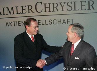 Schrempp (e) e Eaton durante assinatura do contrato de fusão das duas montadoras