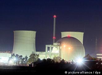 Blick auf das Atomkraftwerk Biblis mit den Blöcken B (l) und A (r), aufgenommen am 09.10.2006. Foto: Frank Rumpenhorst +++(c) dpa - Report+++