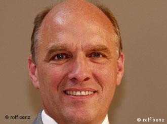德国罗福-奔驰公司总裁弗里德 C.罗尔