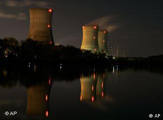 Drei Kühltürme des Three Mile Island Atomkraftwerks in den USA bei Nacht