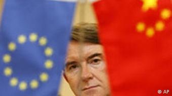 EU-Handelskommissar Peter Mandelson hinter einer EU- und einer China-Flagge. (AP Photo/Claro Cortes IV, POOL)