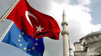 In this file picture dated 04 October 2005, a Turkish flag and an EU flag fly in front of Nur-i Osmaniye Mosque at Ottoman Era in Istanbul. The European Commission's report on Turkey's progress towards European Union (EU) membership is due out on Wednesday 08 November 2006. EPA/TOLGA BOZOGLU +++(c) dpa - Bildfunk+++