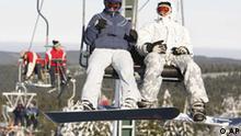 Reisen Touristen nutzen am 2. Dezember 2005 in der Naehe von Oberhof einen der Skilifte im Thueringer Wald.