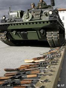 Panzer rollt über Gewehre (Quelle: ap)