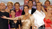Eiskunstlauf-Star Katarina Witt steht am Mittwoch (25.10.2006) mit den Teilnehmern der Sendung Stars auf Eis in der Eisarena des Europa-Parks im badischen Rust (Ortenaukreis). Vorn (l-r) Annette Dytrt, Kati Witt, Eberhard Gienger, Mikkeline Kierkgaard. Hinten l-r Heike Drechsler, Oliver Petszokat alias Oli P., Stefan Gödde, Rene Lohse. Witt bat für die von ihr moderierte ProSieben-Show neun Prominente und die aktive deutschsprachige Eiskunstlauf-Elite aufs weiße Parkett. Bekannte Sportler, Moderatoren, Schauspieler und Sänger tanzen an der Seite und unter Anleitung von Profis auf dem Eis. Mit ihren Darbietungen versuchen sie jeweils eine Jury und die Zuschauer zu überzeugen. Foto: Rolf Haid dpa/lsw +++(c) dpa - Report+++