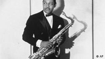 enCTenor saxophonist Coleman Hawkins is shown in a 1939 publicity photo to promote his sensational recording of Body and Soul. (AP Photo/RCA Victor) Bild für Kalenderblatt
