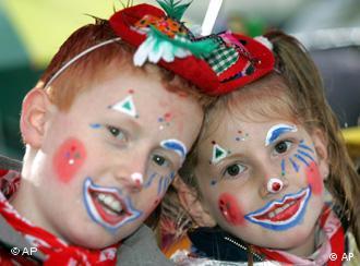 Dos pequeños celebran el Día de San Martín, en la ciudad de Colonia.