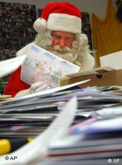 Papai Noel de Himmelpfort responde cartas que recebe de crianças do mundo inteiro