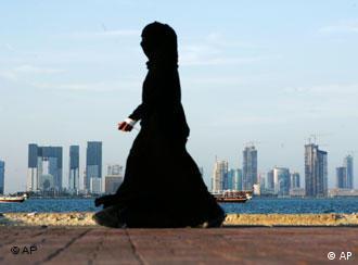 Katar: Frau vor der Skyline von Doha