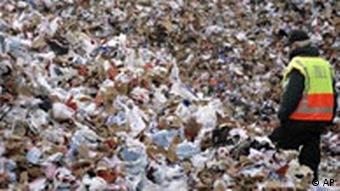 Gomila krivotvorenih tenisica koje se uništavaju