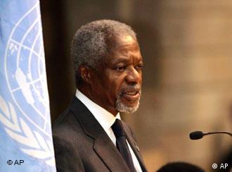 UN-Generalsekretär Annan neben einer UN-Flagge