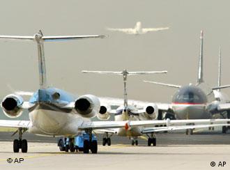 Wartenden Flugzeuge am Flughafen: Mitte November konnten geplante Anschläge auf Flugzeuge frühzeitig verhindert werden
