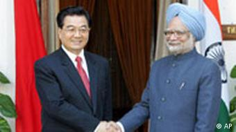 Chinese President Hu Jintao shakes hands with Indian Prime Minister Manmohan Singh