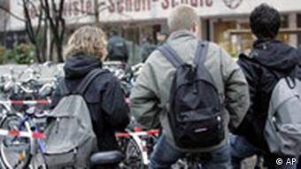 Schüler vor Geschwister-Scholl Schule in Emsdetten
