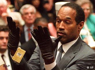 Simpson im Gerichtssaal mit Handschuhen, die ihm zu klein sind