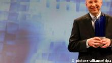 Stefan W. Hell, vom Max-Planck-Institut für Biophysikalische Chemie in Göttingen, hält am Donnerstag (23.11.2006) in Berlin den Deutschen Zukunftspreis in der Hand. Hell wurde für seine Arbeit im Bereich der Lichtmikroskopie mit dem Deutschen Zukunftspreis 2006 ausgezeichnet. Foto: Steffen Kugler dpa/lbn +++(c) dpa - Report+++