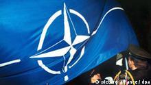 Symbolbild NATO NATO-Flagge Tschechische Soldaten hissen Nato-Fahne