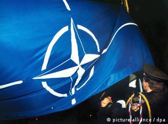 Не все члены НАТО довольны тем, что, возможно, скоро флаг Альянса будет развеваться над Украиной и Грузией