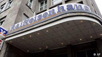 Blick auf den Sitz der Raiffeisen-Zentralgesellschaft Karlsruhe am Mittwoch, 29. Nov. 2006. Die Umweltorganisation Greenpeace erhebt schwere Vorwuerfe gegen Agrarhaendler in Sueddeutschland: An der deutsch-franzoesischen Grenze sollen vier Haendler, die Mitglied im Deutschen Raiffeisenverband sind, illegale Pflanzenschutzmittel an verdeckt ermittelnde Greenpeace-Mitarbeiter verkauft haben. Wie die Organisation am Vortag mitteilte, soll eine Filiale der Raiffeisen-Zentralgesellschaft Karlsruhe im Elsass sogar zehn Liter des hoch gefaehrlichen Gifts E 605 verkauft haben. (AP Photo/Winfried Rothermel) --- View of the Raiffeisenhaus building in Karlsruhe, southern Germany,Wednesday, Nov. 29, 2006. (AP Photo/Winfried Rothermel)