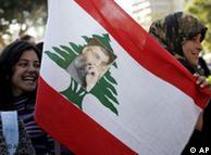 طرفداران  حزبالله با پرچم لبنان و  نقش رهبر حزبالله بر آن