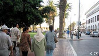Frauen gehen eine Straße in Marokko entlang (Quelle: DW)